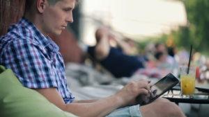 человек смотрит на планшет