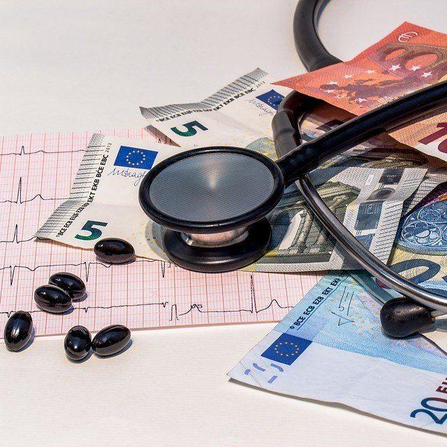 Как вернуть деньги за платную операцию со страховой компании пенсионеру