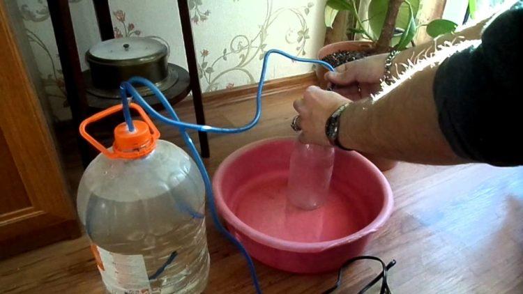 Кустарная система капельного полива для комнатных мини-теплиц